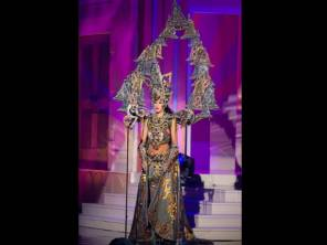 Elvira Raih Penghargaan Best National Costume