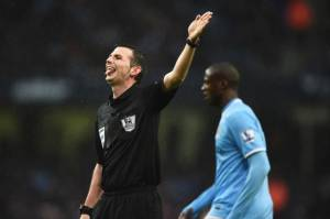 Michael Oliver Terpilih Jadi Wasit di Final Capital One Cup 2016