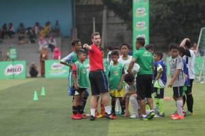 Pelatih FCBEscola Latih Peserta MILO Football Clinic Day