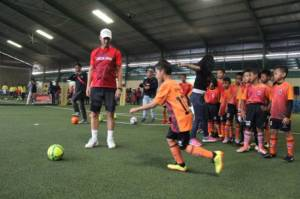 Mantan Striker Manchester United Teddy Sheringham Beri Coaching Clinic