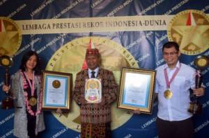 Chris John Terima Penghargaan The Legend Award