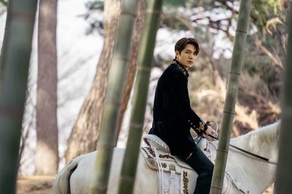 Lee Min Ho Jadi Kaisar: Pamer Otot Kekar dan Bangun Chemistry dengan Kuda