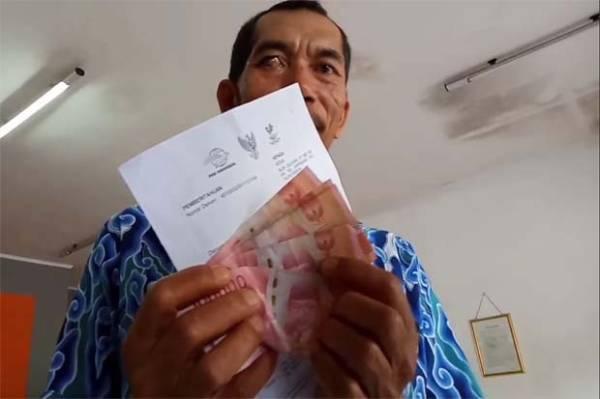 Warga Antre Mengular Berdesakan di Kantor Pos demi Bantuan Rp600 Ribu