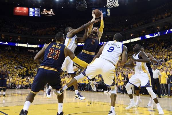 Tripple Double LeBron Antar Cavs Rebut Game 2