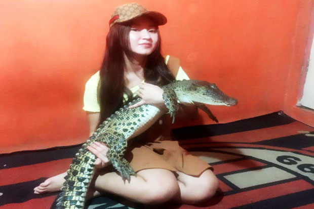 Woww.. This Singer Not Disinclined to Hugging Crocodile