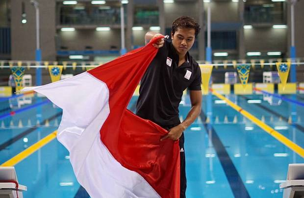 Siman Bawa Bendera Indonesia Saat Defile SEA Games 2017