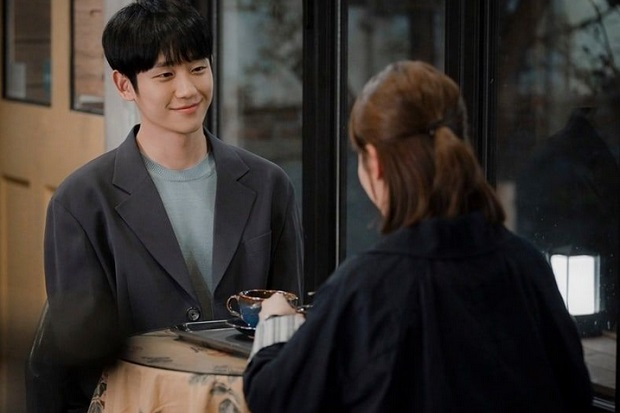 Jung Hae In dan Han Ji Min Nikmati Kencan Manis di One Spring Night