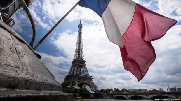 Paris to close tourist sites on Saturday