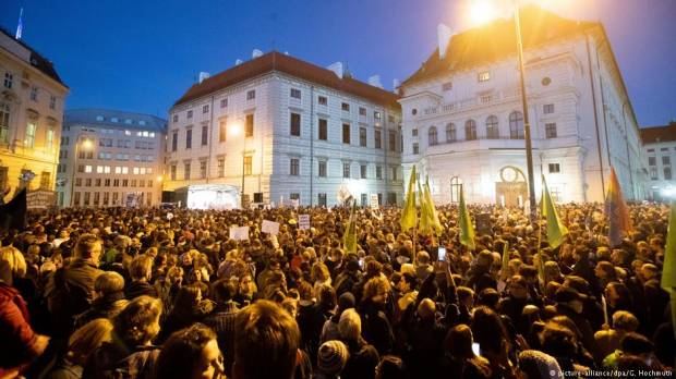 Austria: Anti-government protests hope to break populist groundswell