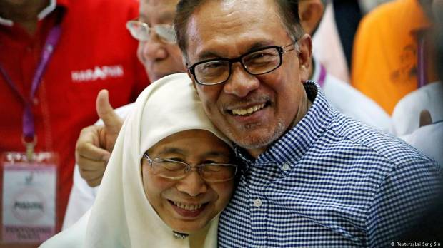 Malaysias PM-in-waiting Anwar Ibrahim cements return to politics