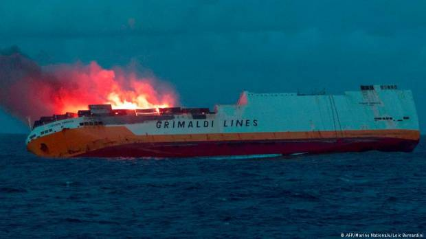 France: Brittany coast threatened by oil spill after cargo ship sinks