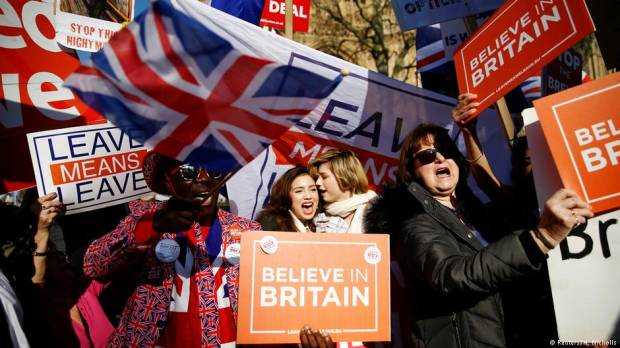 British lawmakers overwhelmingly vote in favor of delaying Brexit