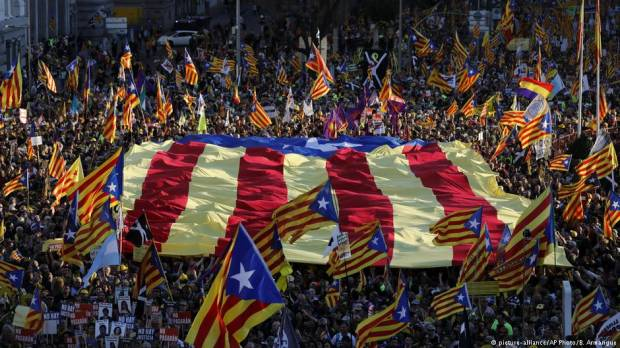 Thousands march in support of Catalan politicians on trial
