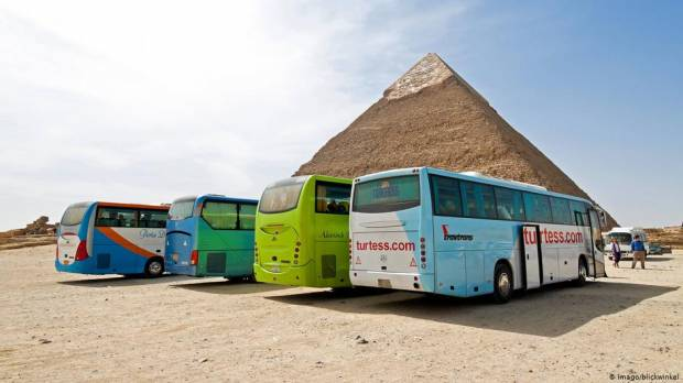 Bomb hits tourist bus near Egypts pyramids