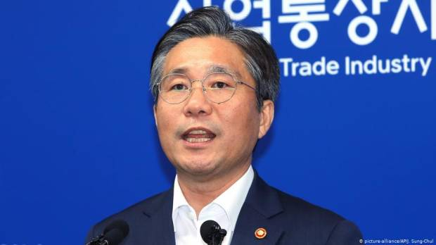 South Korea to drop Japans trade status in tit-for-tat move