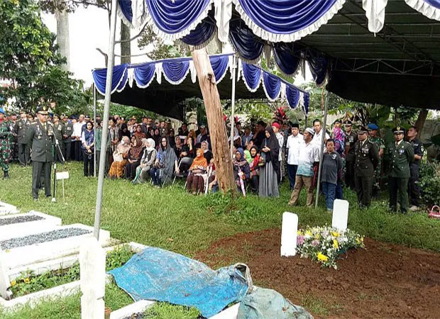 Streaming INews: VIDEO: Letkol Dono Dimakamkan Di Taman Makam Bahagia