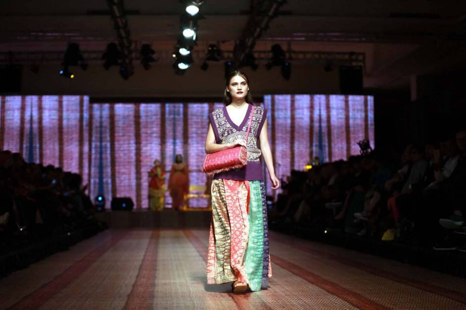 Itang Yunaz Terima Penghargaan Fashion Icon Awards 2017-2