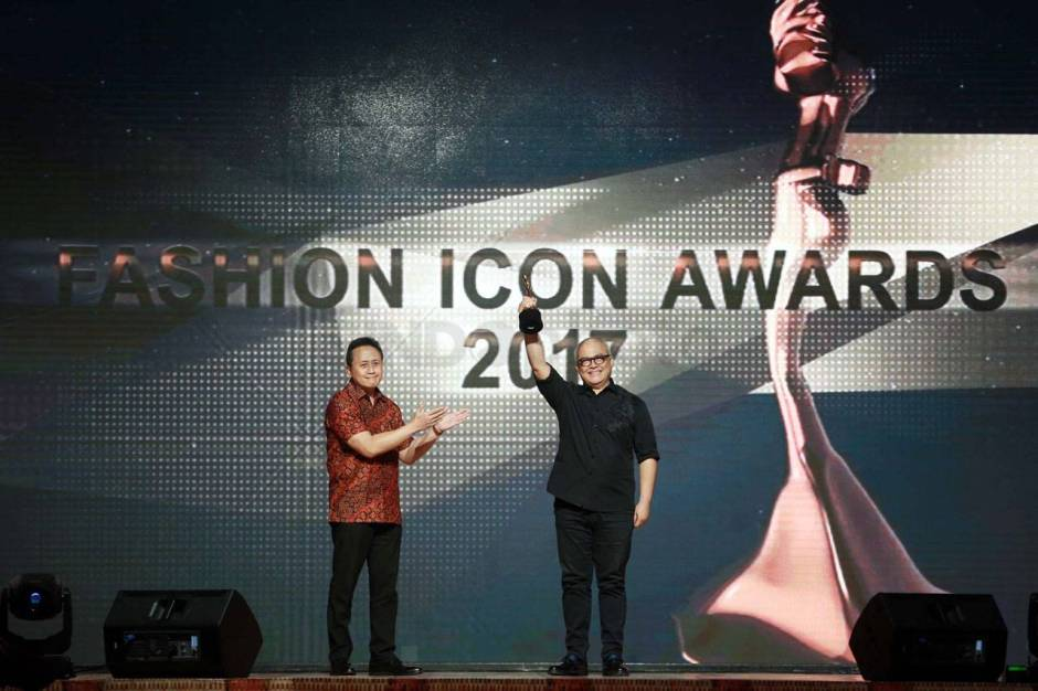Itang Yunaz Terima Penghargaan Fashion Icon Awards 2017-6