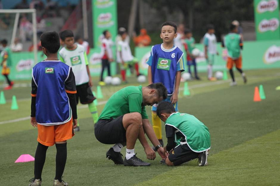 Pelatih FCBEscola Latih Peserta MILO Football Clinic Day-0