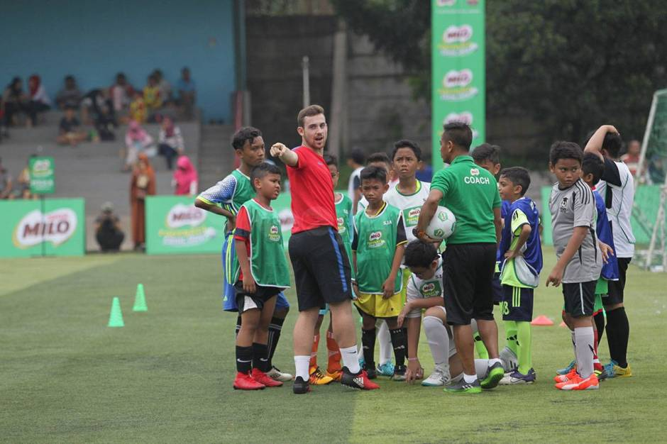 Pelatih FCBEscola Latih Peserta MILO Football Clinic Day-4