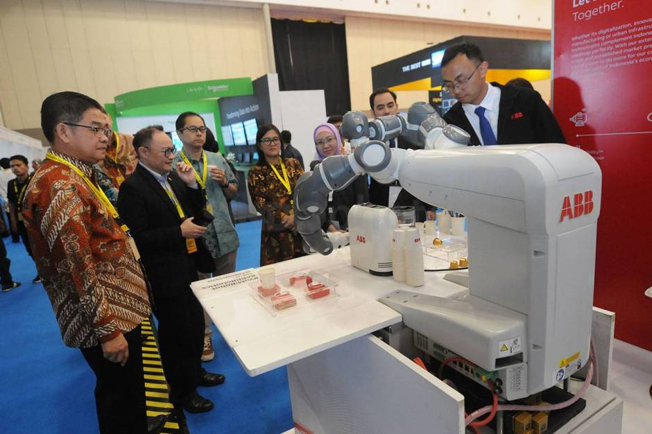 Robot YuMi Sajikan Kopi di Indonesia Industrial Summit-1