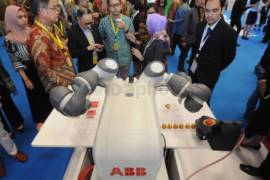 Robot YuMi Sajikan Kopi di Indonesia Industrial Summit-2
