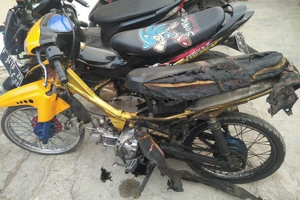 Sakit Hati Ditilang Polisi, Pemuda Ini Mengamuk dan Bakar Motornya