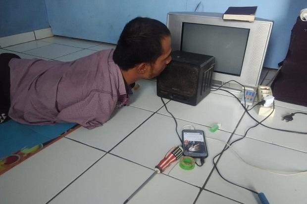 Tanpa Kaki dan Tangan, Jaya Mampu Perbaiki Radio dengan Mulutnya