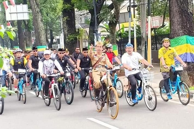 Berkostum ala Pejuang, Jokowi Gowes Sepeda Ontel Keliling Bandung