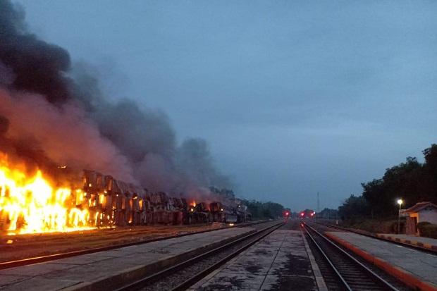 112 Gerbong Kereta Bekas di Dekat Stasiun Cikaum Subang Terbakar