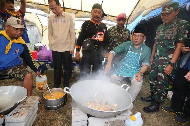 Wali Kota Bandung Ridwan Kamil membantu memasak untuk korban gempa Lombok.