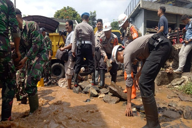 Bantu Penanggulangan Bencana, Polda Turunkan Brimob ke Jatiendah