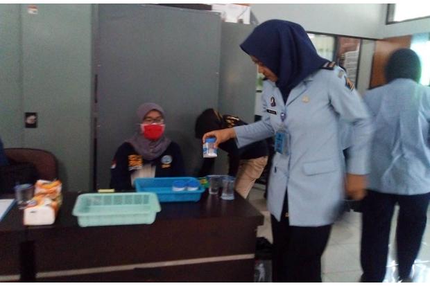 etugas Rumah Tahanan (Rutan) Perempuan Sukamiskin Bandung, Jalan Pacuan Kuda, Arcamanik, Kota Bandung, menjalani pemeriksaan atau tes urine, Jumat (22/2/2019).