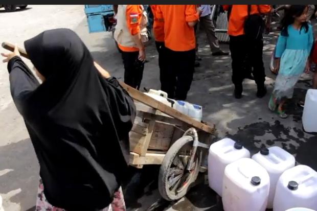 Warga Desa Sampiran, Kecamatan Talun, Kabupaten Cirebon, Jawa Barat berebut bantuan air bersih yang didistribusikam Pemkab Cirebon dan Palang Merah Indonesia (PMI).