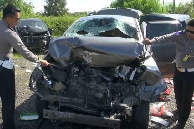 Petugas PJR Satlantas Polres Indramayu memeriksa kondisi bangkai minibus yang terlibat kecelakaan di Tol Cipali. Foto/iNews