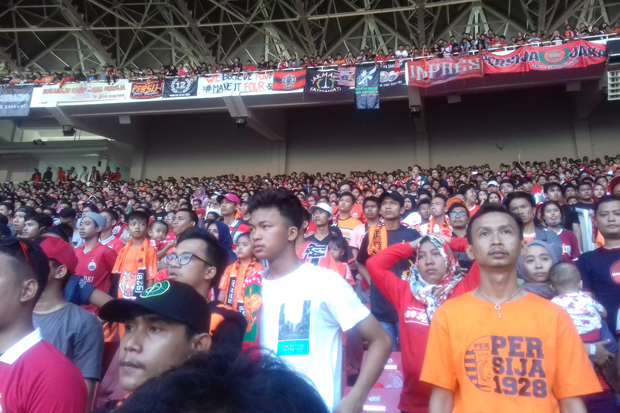 Jakmania menyaksikan laga Persija vs PSM di Stadion Utama GBK, Senayan, Jakarta.
