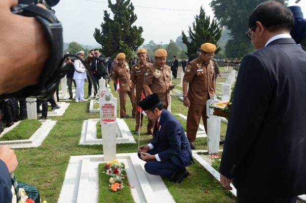 Presiden Joko Widodo menjadi Inspektur Upacara Ziarah Nasional Hari Pahlawan dan Tabur Bunga di Taman Makam Pahlawan (TMP) Cikutra, Kota Bandung, Sabtu (10/11/2018).