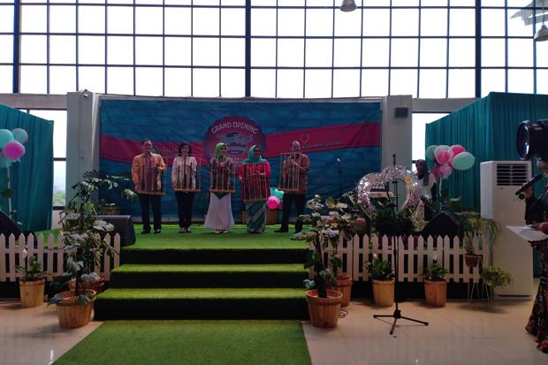 Ketua Dekranasda Jabar Atalia Praratya meresmikan Rupa Rupi Handycraft Market, Kamis (14/2/2014). Foto/SINDOnews/Agung Bakti Sarasa