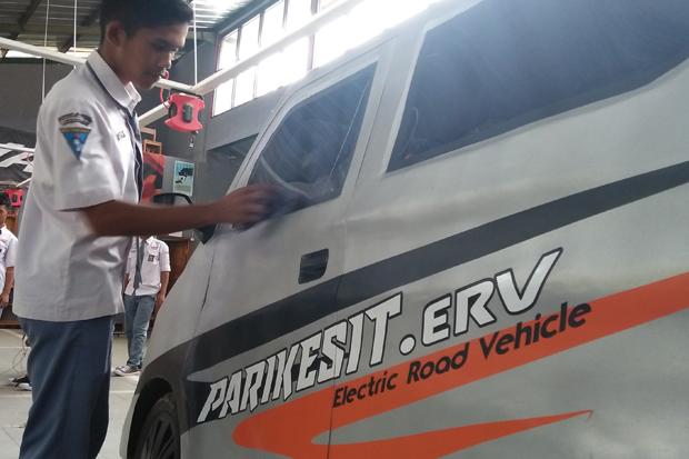 Parikesit. ERV, demikian nama untuk mobil listrik dari para siswa jurusan otomotif Teknik Kendaraan Ringan (TKR) SMKN 1 Lemahsugih, dengan pendampingan dari para guru mereka.