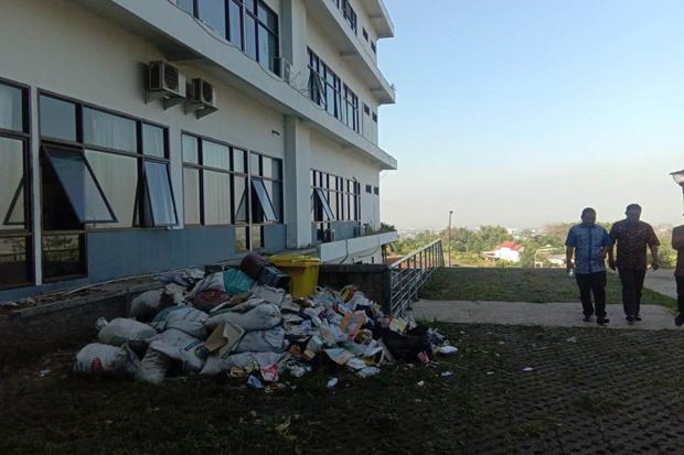 Sampah di Kantor Pemkab Bandung Barat. Foto/SINDOnews/Adi Haryanto