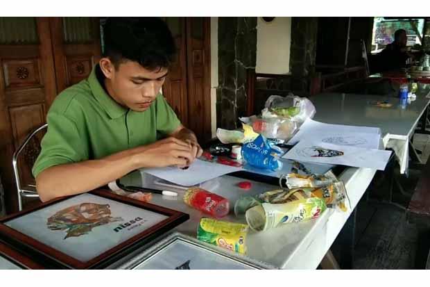Pemuda Ini Ubah Limbah Plastik Jadi Lukisan Menawan