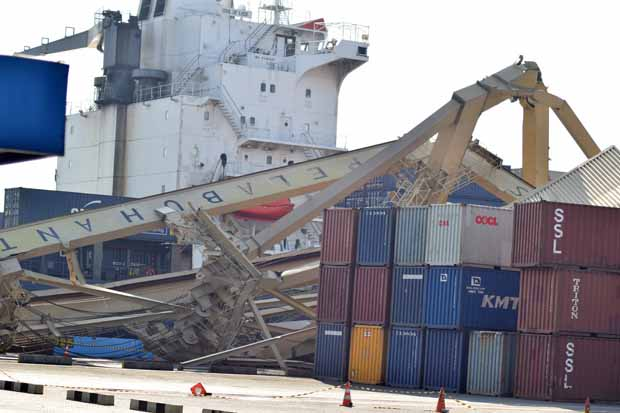 Butuh Lima Hari Evakuasi Container Crane yang Ambruk