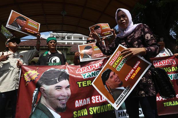 Jalani Sidang Perdana, Ahmad Dhani Kenakan Kaus Tahanan Politik