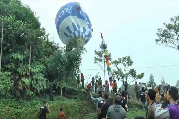 Ratusan Balon Raksasa Warna-Warni Hiasi Langit Wonosobo