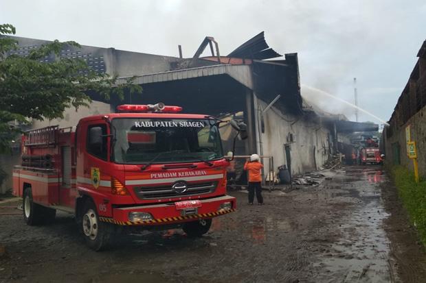 Diduga Korsleting Listrik, Pabrik Tekstil Ranotex di Karanganyar Terbakar