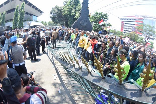 Pagar DPRD Jateng Dirobohkan, Mahasiswa Paksa Ganjar Tanda Tangan Pernyataan