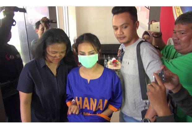 Vanessa Angel Kenakan Baju Tahanan dan Tangan Diborgol