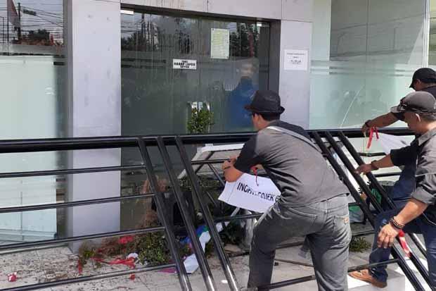 Demo Pengemudi Gocar Rusuh, Massa Segel Kantor PT Gojek di Semarang