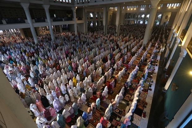 Hari Kemenangan, Ribuan Umat Sholat Idul Fitri di Masjid Al-Akbar