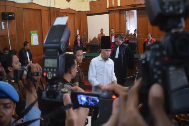 Inilah Style Ahmad Dhani saat Hadir di Pengadilan Negeri Surabaya